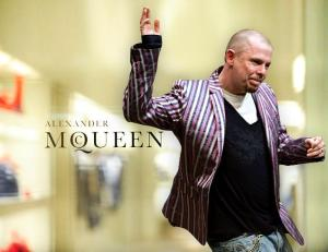 A former saleswoman labels the store of  late fashion icon Alexander McQueen (r.) a den of foul fashionistas